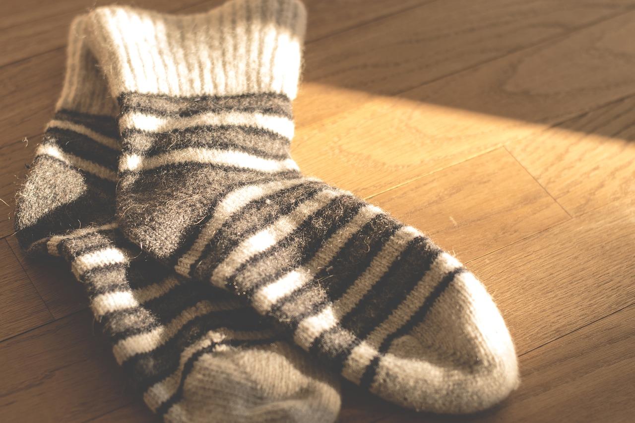 足汗がすごい原因は?女性の気になる臭いを抑える対策グッズ・靴下のおすすめは?