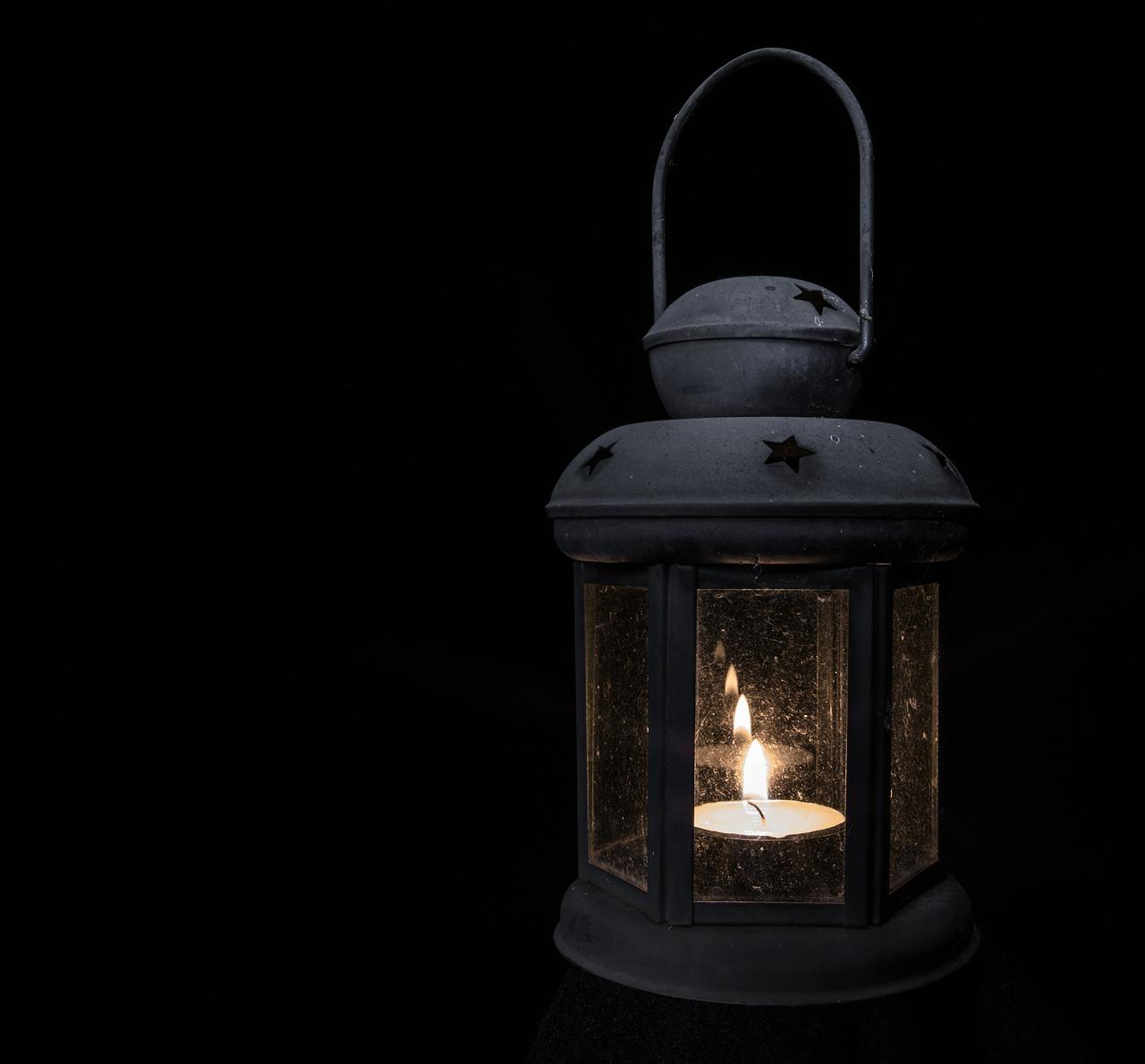 懐中電灯とランタンの違いは?登山やキャンプ防災ではどちらが役立つ?