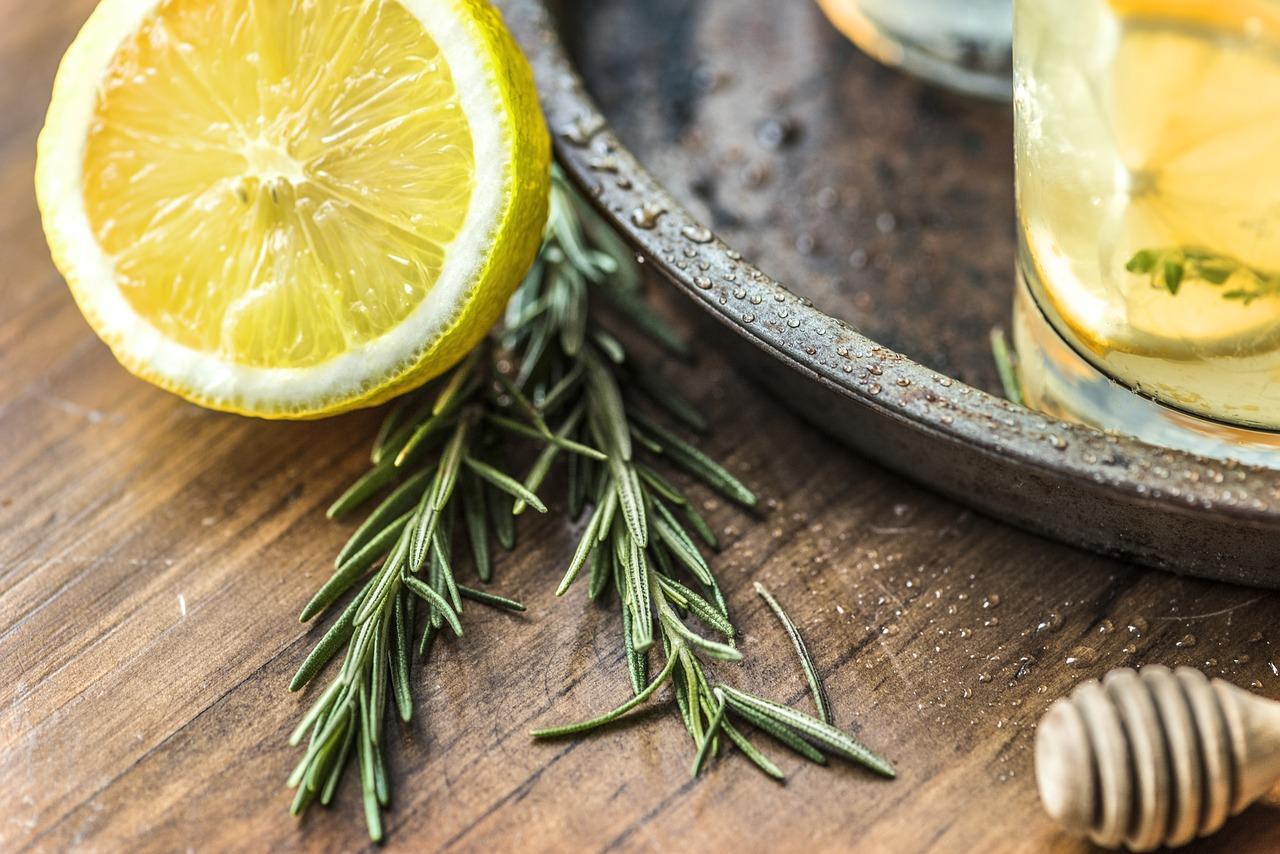 ローズマリーの使い方は料理以外でもたくさん!お風呂掃除や消臭に使う方法!